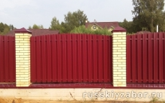 Забор из металлического штакетника коричневого цвета