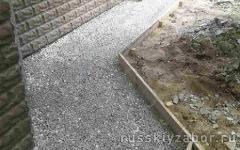 Мягкая отмостка из щебня вокруг дома на винтовых сваях