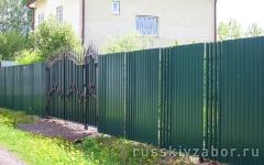 Секционный комбинированный забор из зеленого профнастила RAL 6005 и штакетника с бетонированием столбов