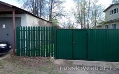 Комбинированный забор из профнастила и штакетника с откатными воротами и калиткой