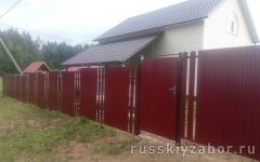 Комбинированный забор из профнастила с калиткой