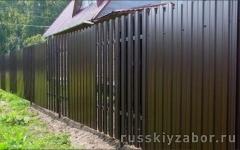 Комбинированный забор из коричневого профлиста и металлического штакетника Шахматка с воротами и калиткой