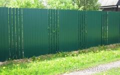 Комбинированный забор из зеленого профлиста RAL 6005 и евроштакетника на металлическом каркасе