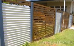 Горизонтальный комбинированный забор из профнастила коричневого RAL 8010 и белого RAL 9003 цветов