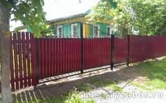 Комбинированный забор из профнастила и металлического штакетника с бетонированием столбов
