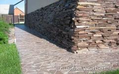 Бетонная отмостка вокруг дома,облицованная  диким камнем