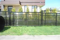Забор из поликарбоната с горизонтальными лагами