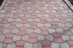 Укладка дорожки из фигурной тротуарной плитки серого и розового цвета с бордюрами