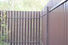 Комбинированный забор из коричневого профнастила RAL 8017 и металлического штакетника